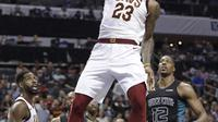 Pebasket Cleveland Cavaliers, LeBron James, memasukkan bola saat pertandingan melawan Charlotte Hornets pada laga NBA di Spectrum Center, Rabu (28/3/2018). Cleveland Cavaliers menang 118-105 atas Charlotte Hornets. (AP/Chuck Burton)