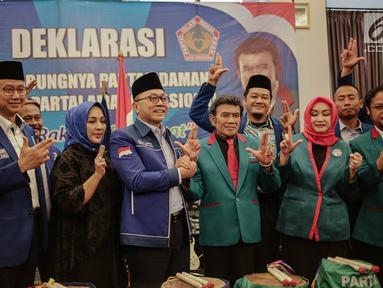 Ketua Umum Partai Amanat Nasional Zulkifli Hasan (ketiga kiri) bersama Ketum Partai Idaman Rhoma Irama (ketiga kanan) bersalaman saat deklarasi bergabungnya Partai Idaman ke PAN di Jakarta, Sabtu (12/5). (Liputan6.com/Faizal Fanani)