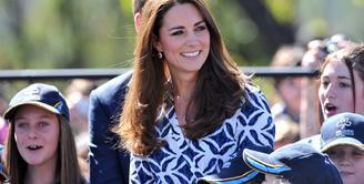 Tak hanya cantik, Kate Middleton juga ramah dan murah senyum. (Bintang/EPA)