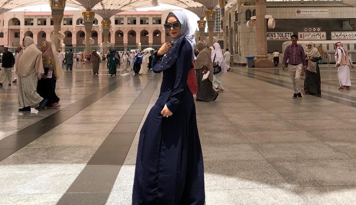 Krisdayanti merupakan salah satu selebriti Indonesia yang selalu cantik dan glamor di berbagai kesempatan. Walaupun usianya sudah 43 tahun, namun gayanya tetap terlihat modis. (Foto: instagram.com/krisdayantilemos)