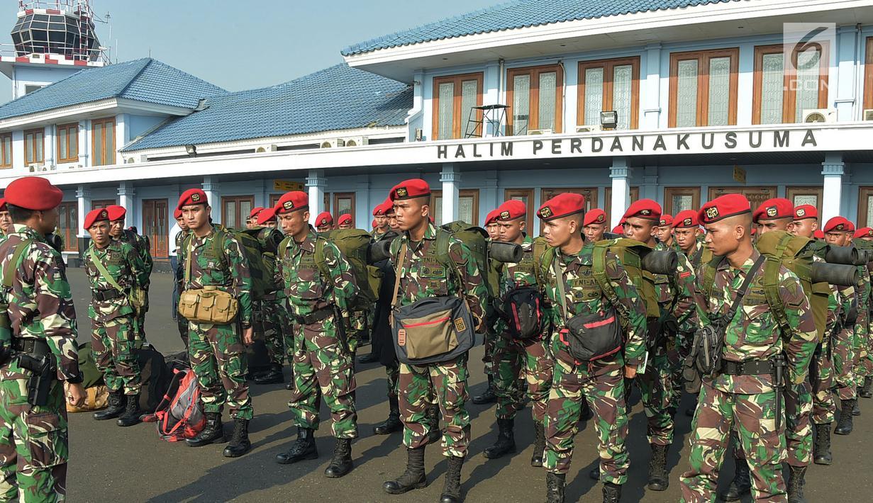 Anggota Kopassus melakukan pengarahan sebelum diterbangkan ke Lombok dari Lanud Halim Perdanakusuma, Jakarta, Senin (30/7). Sebanyak 140 personel Kopassus yang tergabung dalam Pasukan Pendaki Serbu dikerahkan oleh TNI. (Merdeka.com/Iqbal S. Nugroho)