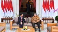 Presiden Joko Widodo saat berbincang dengan Presiden RI ke-6 Susilo Bambang Yudhoyono di Istana Merdeka, Jakarta,  Jumat (27/10). Keduanya melakukan pertemuan di teras belakang Istana Merdeka.(Laily Rachev / Biro Pers Setpres)