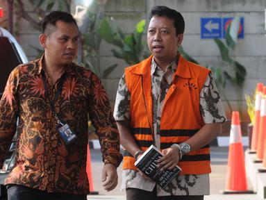 Anggota DPR RI nonaktif Muhammad Romahurmuziy (kanan) tiba di Gedung KPK, Jakarta, Rabu (24/7/2019). Romy diperiksa sebagai tersangka terkait dugaan menerima suap dalam jual beli jabatan di Kemenag Jawa Timur. (merdeka.com/Dwi Narwoko)