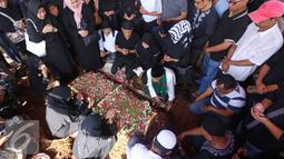 Suasana pemakaman istri artis komedi dan pembawa acara Tukul Arwana, Susiana, di TPU Tanah Kusir, Jakarta, Rabu (24/8). Susiana dinyatakan mengembuskan napas terakhirnya pada Selasa (23/8/2016) pukul 18.00 WIB. (Liputan6.com/Immanuel Antonius)