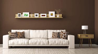 Dekorasi ruangan dengan dinding warna coklat.