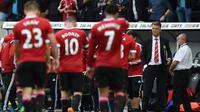 Manajer Manchester United, Louis van Gaal (kanan). (AFP/Paul Ellis)