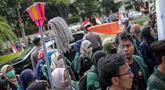 Sejumlah massa yang tergabung dalam BEM Seluruh Indonesia menggelar aksi di depan Gedung KPU, Jakarta, Selasa (23/4). Dalam Aksi #Mahasiswakawalkpu tersebut mendesak KPU RI segera menyelesaikan permasalahan pemilu. (Liputan6.com/Faizal Fanani)