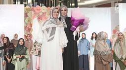 Aktris Laudya Cynthia Bella bersama Chintami Atmanagara saat launching hijab Lacelove by Laudya Cynthia Bella di kawasan Sudirman, Jakarta, Selasa (31/10). Bella memamerkan rancangannya sebanyak 22 hijab. (Liputan6.com/Herman Zakharia)