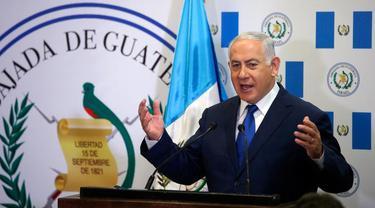 PM Israel Benjamin Netanyahu memberi sambutan saat peresmian Kedubes Guatemala di Yerusalem, Rabu (16/5). Netanyahu menyebut peresmian tersebut adalah tepat karena Guatemala menjadi negara kedua yang mengakui Israel pada 1948. (Ronen Zvulun/Pool via AP)