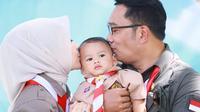 Gubernur Jawa Barat Ridwan Kamil bersama istri dan keluarga merayakan ulang tahun ke-1 putra bungsungnya, Arkana Aidan Misbach. (dok. Instagram @ataliapr/https://www.instagram.com/p/CL00GOHnAPo/)