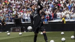 2. Thibaut Courtois – Kiper andalan timnas Belgia ini tampil mengecewakan bersama Los Blancos. Penampilannya tak sehebat saat menjaga gawang Chelsea. (AP/Andrea Comas)