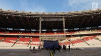 Pekerja membangun panggung kampanye akbar pasangan capres-cawapres nomor urut 01 Joko Widodo-Ma'ruf Amin di SUGBK, Jakarta, Jumat (12/4). Jokowi-Ma'ruf akan menggelar kampanye akbar di SUGBK pada 13 April 2019. (merdeka.com/Imam Buhori)