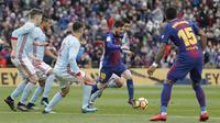 Gelandang Barcelona, Lionel Messi, berusaha melewati kepungan pemain Celta Vigo pada laga La Liga Spanyol di Stadion Camp Nou, Katalonia, Sabtu (2/12/2017). Kedua klub bermain imbang 2-2. (AFP/Pau Barrena)