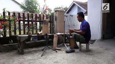 Keterbatasan fisik tidak menghalangi seorang difabel di Jember, Jawa Timur, untuk berkarya dan berguna bagi sesama.