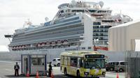 Sebuah bus membawa penumpang kapal pesiar Diamond Princess yang dikarantina di sebuah pelabuhan di Yokohama, Jepang, Rabu (19/2/2020). Hingga saat ini, empat dari 78 WNI di kapal pesiar Diamond Princess dinyatakan positif terinfeksi virus corona (COVID-19). (AP Photo/Eugene Hoshiko)