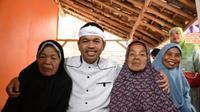Bupati Purwakarta dedi Mulyadi berfoto bersama dengan Mak Karsih. (Liputan6.com/Abramena)