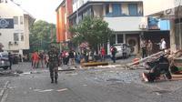 Petugas berjalan dekat puing-puing di lokasi ledakan yang terjadi di kawasan Ruko Grand Wijaya, Kebayoran Baru, Jakarta Selatan, Kamis (12/7). Meski tidak menyebabkan korban jiwa, ledakan dilaporkan melukai dua orang korban. (Liputan6.com/Ady Anugrahadi)