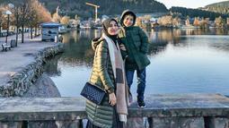 Ia dan sang putra juga terlihat kompak menggunakan sebuah coat berwarna hijau. Bahkan, Shireen menambahkan syal berwarna coklat untuk menghangatkan tubuh. (Liputan6.com/IG/@shireensungkar)