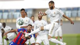 Striker Real Madrid, Karim Benzema, melepaskan tendangan ke gawang Eibar pada laga La Liga di Estadio Alfredo Di Stefano, Senin (15/6/2020). Real Madrid menang 3-1 atas Eibar. (AP/Bernat Armangue)