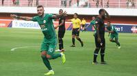 Striker PSS Sleman, Yevhen Bokhasvili merayakan gol yang dicetaknya ke gawang Kalteng Putra di Stadion Maguwoharjo, Jumat (18/10/2019). (Bola com/Vincentius Atmaja)