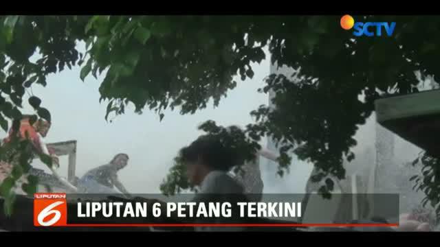 Kebakaran menghanguskan belasan rumah petak di kawasan Johar, Jakarta Pusat, Jumat siang.