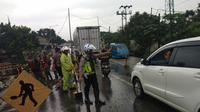 Jalan Bogor-Sukabumi terganggu akibat turap jalan longsor. (Liputan6.com/Achmad Sudarno)