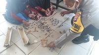 Nabila bersama ibunya membongkar celengan di Polsek Pulau Punjung.