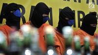 Tersangka kasus minuman keras atau miras oplosan saat dihadirkan dalam rilis di Mapolres Jakarta Selatan, Rabu (11/4). Polisi berhasil mengamankan tujuh tersangka dalam kasus ini. (Merdeka.com/Iqbal Nugroho)