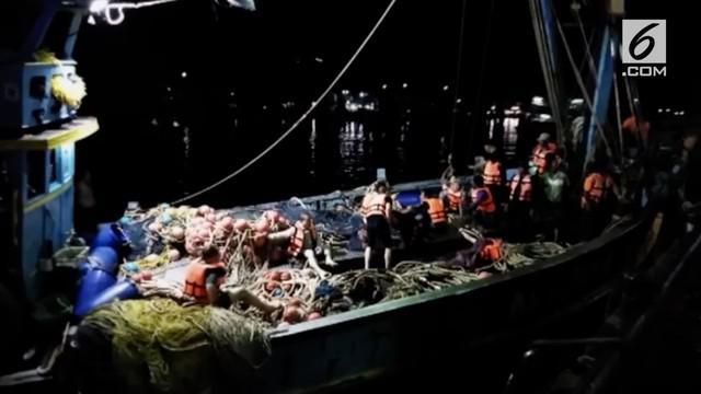 Sebuah kapal wisata terbalik di perairan Phuket, Thailand. Satu orang tewas dan 56 orang lainnya hilang masih dalam pencarian.