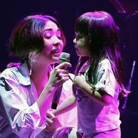 Gisella Anastasia dan Gempi duet di konser Dunia Lukas Graham. (Bambang E Ros/Fimela.com)