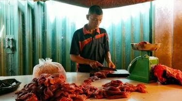Salah satu penjual daging sapi segar di Pasar Pusat Pekanbaru.