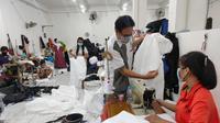UMKM milik Andy Hwantono, warga Dukuh Setro 7A nomer 21 Surabaya, yang biasanya membuat tas kini banting setir membuat membuat baju hazmat atau Alat Perlindungan Diri (APD). (Liputan6.com/ Dian Kurniawan)