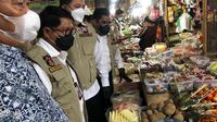 Satgas pangan jatim mengecek harga di pasar Tambakrejo Surabaya. (Dian Kurniawan/Liputan6.com)