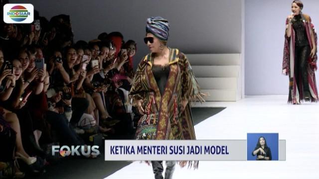 Menteri Kelautan dan Perikanan Susi Pudjiastuti peragakan baju Anne Avantie di Jakarta Fashion Week 2019.