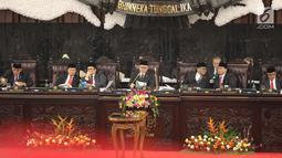 Ketua MPR RI Zulkifli Hasan (tengah) memimpin Sidang Paripurna MPR Akhir Masa Jabatan Periode 2014-2019 di Gedung Nusantara, Kompleks MPR DPR RI Senayan, Jakarta, Jumat (29/7/2019). Sidang paripurna ini diikuti seluruh anggota MPR yang terdiri atas anggota DPR dan DPD. (Liputan6.com/HO/Sopi)
