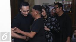 Ilusionis Demian Aditya menyampaikan duka cita saat melayat ke rumah duka mendiang Susiana, istri komedian Tukul Arwana, di Cipete, Jakarta, Selasa (23/8). Susiana meninggal saat dalam perjalanan ke RS Brawijaya, Jakarta. (Liputan6.com/Herman Zakharia)