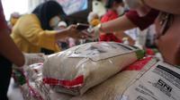 Operasi pasar gula di Pasar Gede itu harga gula dibadnerol cukup murah dibandingkan di pasaran, yakni dengan harga Rp12.500 per kilogram.(Liputan6.com/Fajar Abrori)