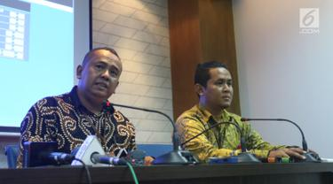 Kepala Perwakilan Ombudsman Jakarta Raya Teguh P Nugroho (kiri) menjelaskan maladministrasi dengan pengabaian kewajiban hukum mengenai pakaian tahanan dan borgol serta penggunaan alat komunikasi yang terjadi pada Idrus Marham kepada wartawan di Jakarta, Rabu (3/7/2019). (Liputan6.com/Angga Yuniar)