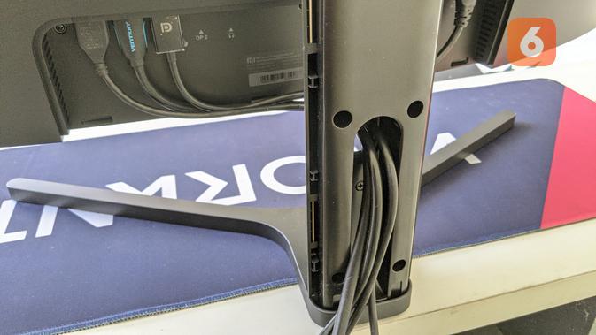Kabel di Xiaomi Mi Curved Gaming Monitor tersimpan rapih di stand dan tertutup. (Liputan6.com/ Yuslianson)