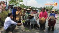 Jokowi juga menanyakan tentang harga bibit dan beberapa sarana pertanian yang berlaku di Desa Kauman, Ngawi, Jawa Timur (Liputan6.com/Herman Zakharia)