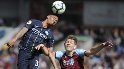 Striker Manchester City, Gabriel Jesus, duel udara dengan pemain Burnley, James Tarkowski, pada laga Premier League di Stadion Turf Moor, Minggu (28/4). Manchester City menang 1-0 atas Burnley. (AP/Rui Vieira)