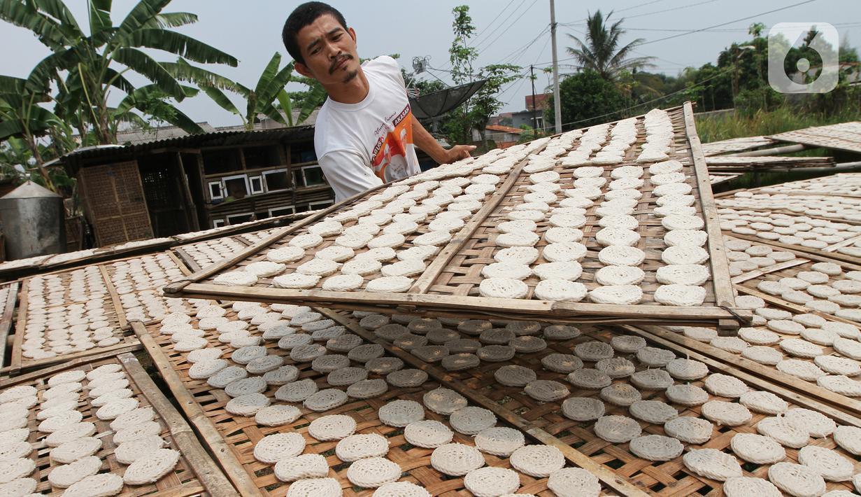 Pekerja menjemur kerupuk kaleng di Depok, Jawa Barat. Pada musim penghujan jumlah kerupuk yang dibuat dan yang terjual relatif sama baik saat musim kemarau maupun hujan. (Liputan6.com/Fery Pradolo)