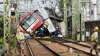 Kereta tergelincir setelah menabrak truk di Yokohama, Prefektur Kanagawa, Jepang, Kamis (5/9/2019). Kondisi truk itu dilaporkan terjepit di antara gerbong kereta dan sebuah dinding. (Kyodo News via AP)