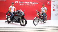Marc Marquez (kiri) menaiki motor All New Honda CBR250RR, sedangkan Dani Pedrosa menaiki motor produksi pertama AHM Honda S90Z saat mengunjungi PT. Astra Honda Motor Plant Sunter, Jakarta, Senin (16/10/2017). (Astra Honda Motor)