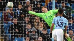 Penyerang Manchester City, Gabriel Jesus mencetak gol yang gagal dihadang kiper Burton Albion, Bradley Collins pada laga leg pertama semifinal Piala Liga Inggris di Stadion Etihad, Kamis (10/1). Manchester City menang telak 9-0. (AP/Dave Thompson)