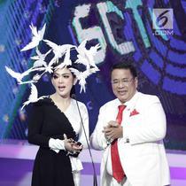 Penyanyi Syahrini saat membacakan nominasi bersama pengacara Hotman Paris dalam acara SCTV Music Awards 2018 di Studio 6 Emtek, Jakarta, Jumat (27/4). Selain tampil menyanyi, Syahrini juga ikut membacakan nominasi. (Liputan6.com/Faizal Fanani)