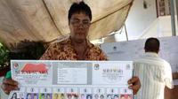 Petugas TPS melakukan penghitungan suara pada Pemungutan Suara Ulang (PSU) pemilihan Walikota dan Wakil walikota Manado, Sulawesi Utara. (Antara)
