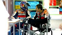 Pebalap Repsol Honda, Dani Pedrosa (kiri), membagi kenangan manis bersama mendiang Nicky Hayden jelang MotoGP Italia, 2-4 Juni 2017. (Crash)