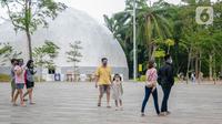 Wisatawan mengunjungi Senayan Park, Jakarta, Rabu (9/12/2020). Libur Nasional Pilkada Serentak 2020 dimanfaatkan sebagian warga Jakarta dan sekitarnya untuk mengunjungi tempat rekreasi bersama keluarga. (Liputan6.com/Faizal Fanani)