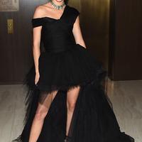 Warna hitam nampaknya jadi warna andalan Kendall. Kali ini ia memakai dress hitam dengan bahan tile sebagai hiasannya. Wajahnya begitu merona dengan sapuan make up dan lipstick merah di bibirnya. (AFP/Nicholas Hunt)